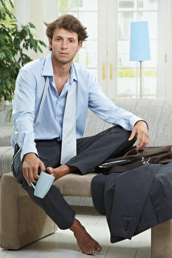 Homem de negócios sonolento na manhã fotos de stock