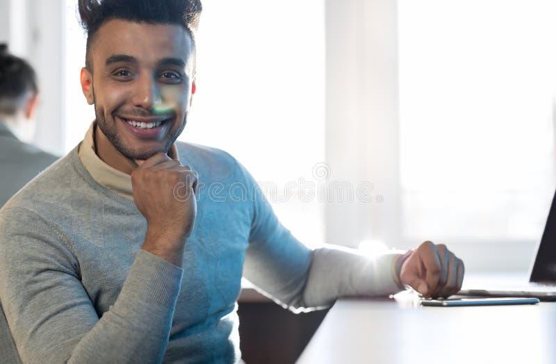 Homem de negócios de sorriso feliz latino-americano de Sit Desk Modern Coworking Space do homem de negócio imagens de stock royalty free