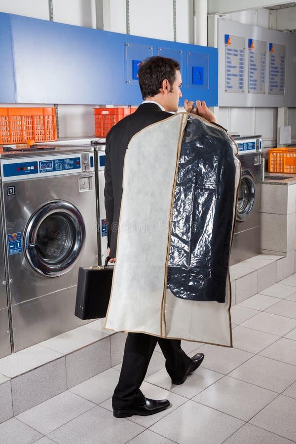 Homem de negócios With Suitcase And Suitcover imagens de stock royalty free