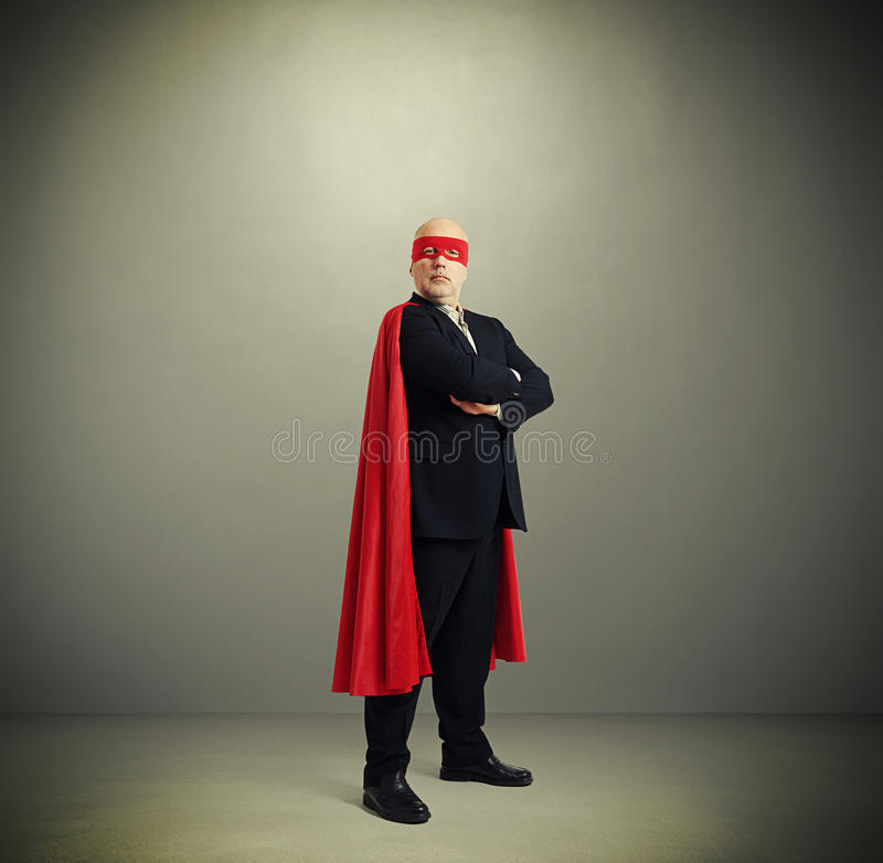 Homem de negócios superior assegurado que veste como o super-herói foto de stock