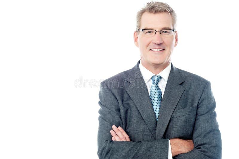 Homem de negócios superior de sorriso com os braços cruzados fotos de stock royalty free
