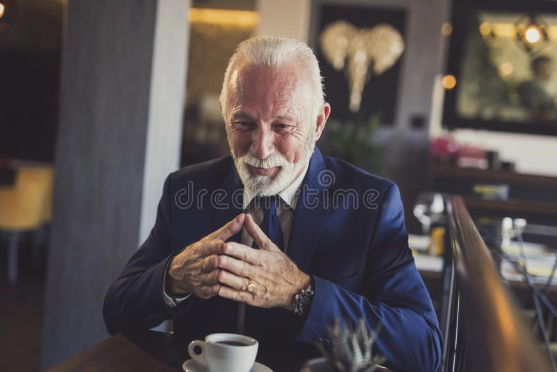Homem de negócios superior em uma reunião em um restaurante foto de stock royalty free