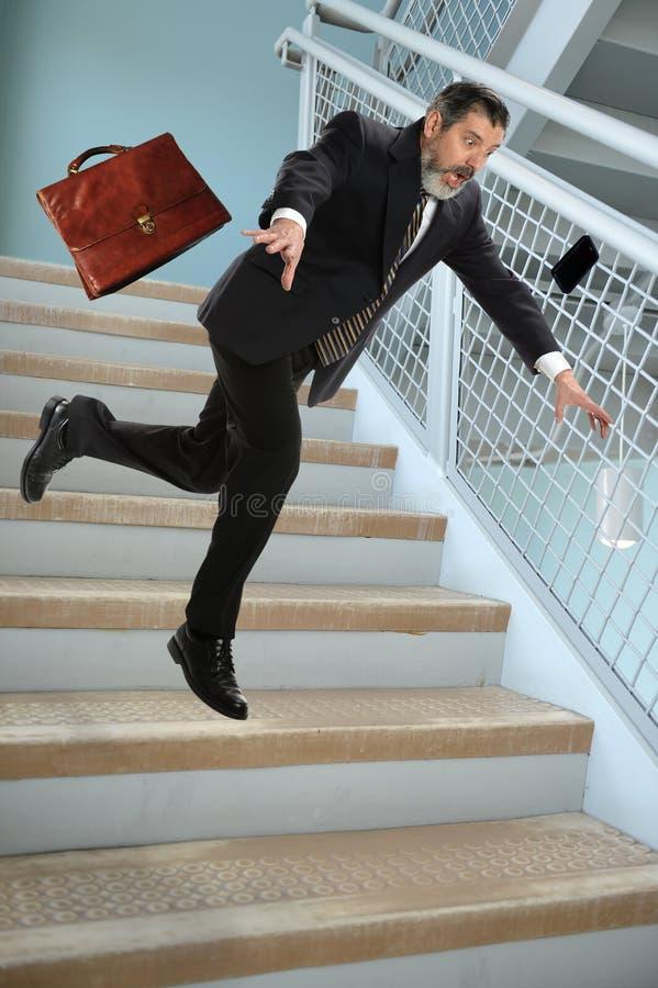 Homem de negócios superior Falling em escadas fotos de stock