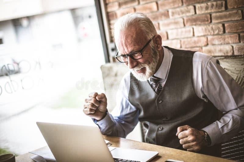 Homem de negócios superior feliz sobre seu grande negócio de negócio fotografia de stock royalty free