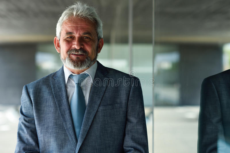 Homem de negócios superior fora do prédio de escritórios moderno foto de stock royalty free