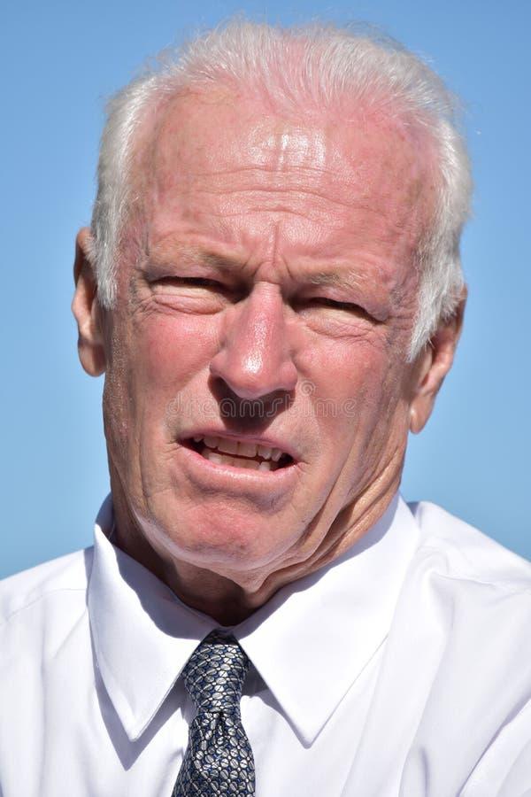 Homem de negócios superior infeliz Wearing Tie Isolated imagens de stock