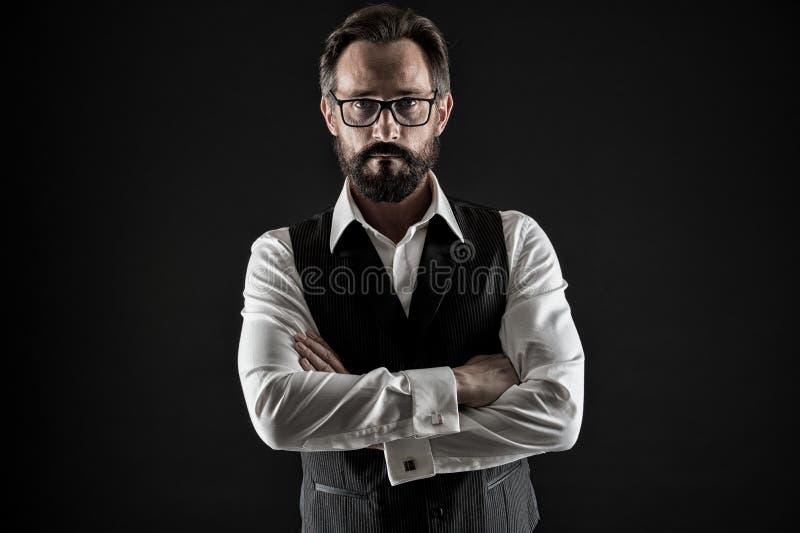 Homem de negócios superior O homem de negócios superior nos vidros mantém os braços cruzados Homem de negócios superior com olhar fotografia de stock royalty free