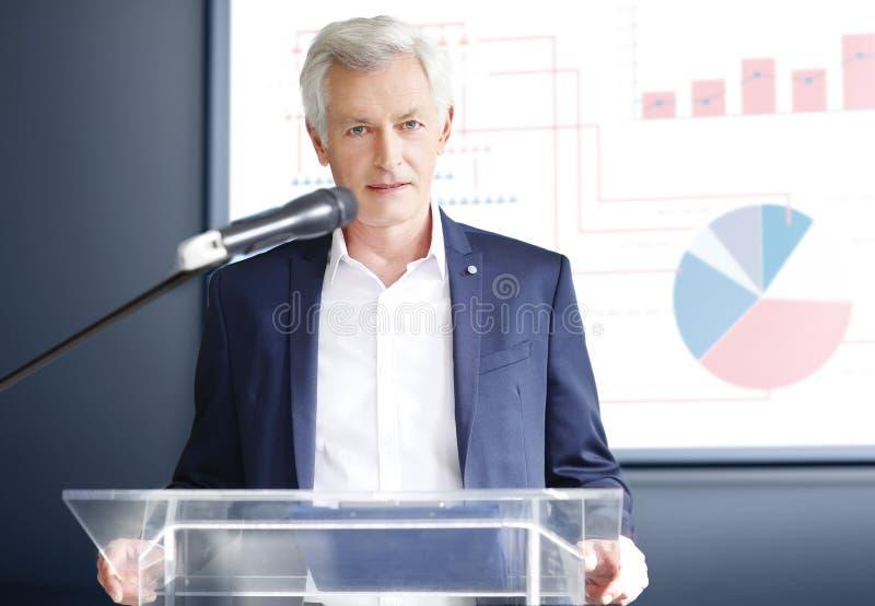 Homem de negócios superior que dá um discurso fotos de stock