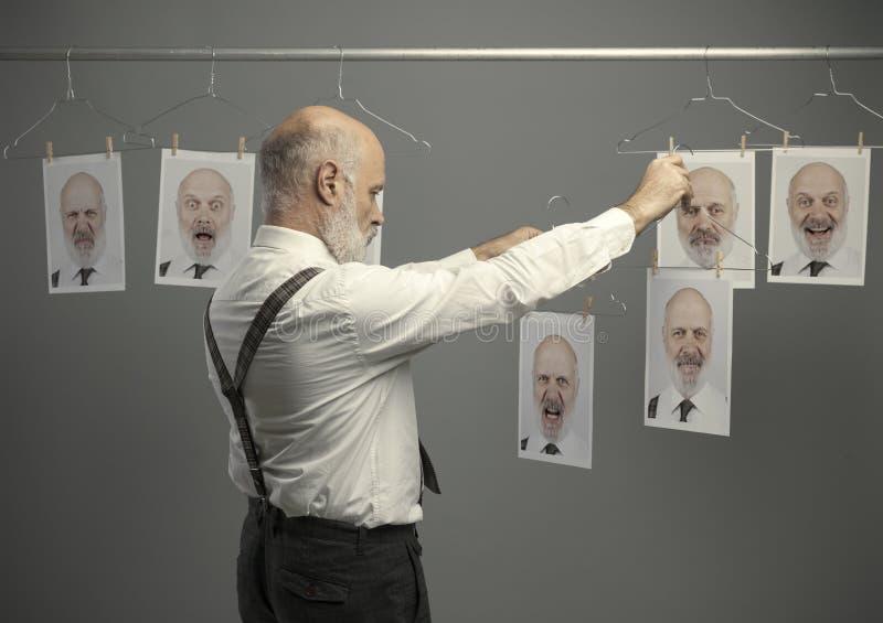 Homem de negócios superior que escolhe seus retratos imagens de stock