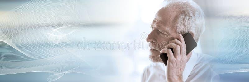 Homem de negócios superior que fala no telefone celular; bandeira panorâmico foto de stock royalty free