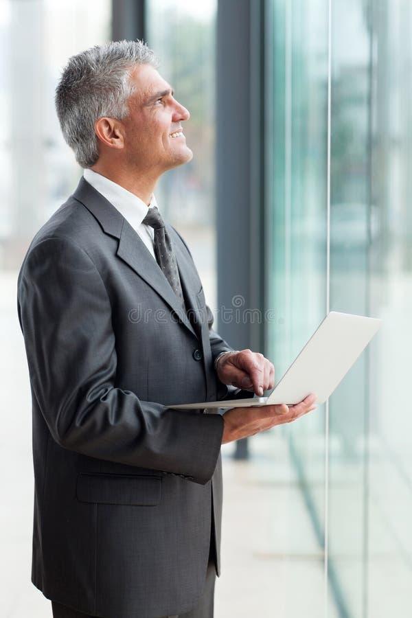 Homem de negócios superior que olha acima imagem de stock royalty free