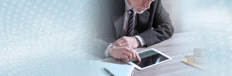Homem de negócios superior que usa uma tabuleta digital; bandeira panorâmico imagem de stock royalty free