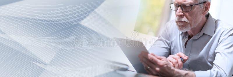 Homem de negócios superior que usa uma tabuleta digital, efeito da luz; bandeira panorâmico imagens de stock