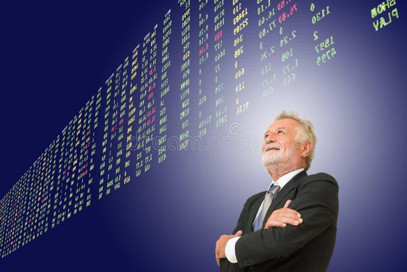 Homem de negócios superior velho Looking ou mercado de valores de ação de observação para compartilhar do PR fotos de stock royalty free