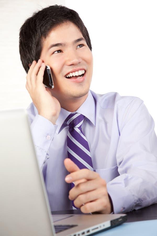 Homem de negócios Talking no telefone celular fotografia de stock