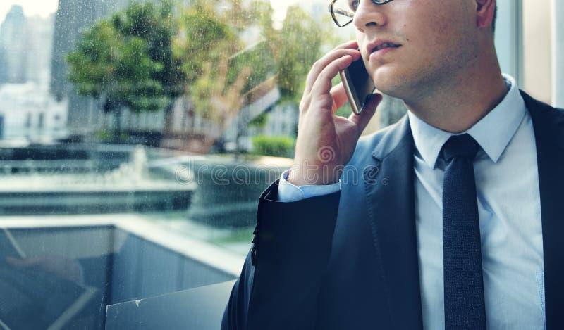 Homem de negócios Talking Phone Concept da telecomunicação imagens de stock