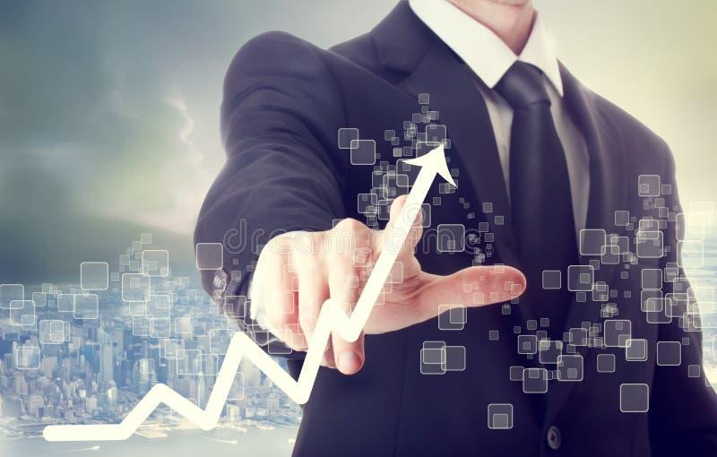 Homem de negócios Touching uma carta que indica o crescimento foto de stock royalty free