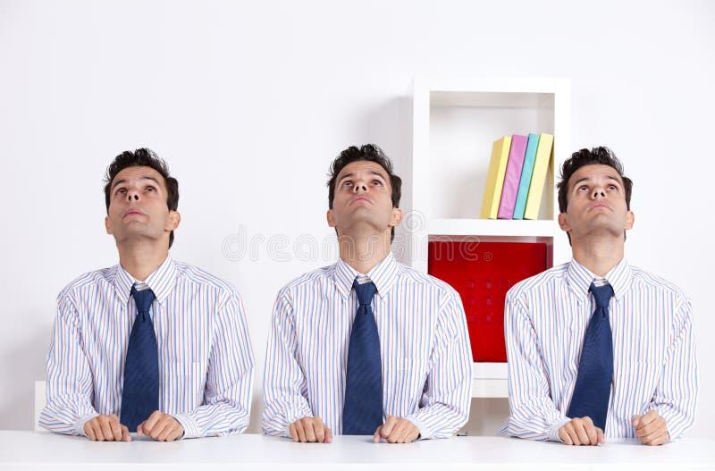 Homem de negócios três que olha acima foto de stock