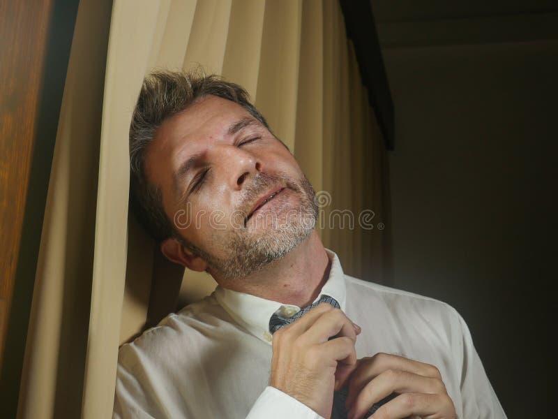 Homem de negócios triste e deprimido novo que afrouxa a depressão frustrada sentimento da gravata e o problema de negócio de sofr imagem de stock