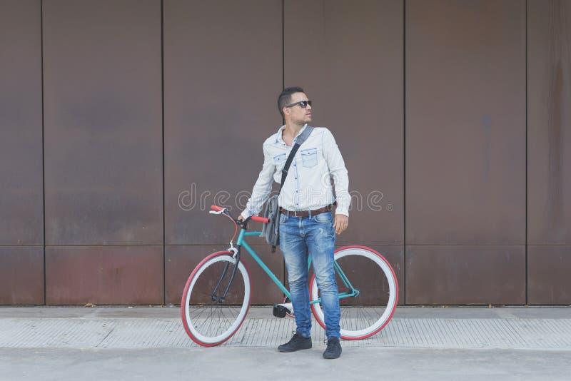 Homem de negócios urbano à moda que está na rua foto de stock royalty free
