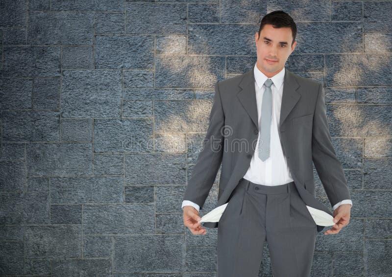 homem de negócios vazio dos bolsos com fundo da parede da rocha imagem de stock royalty free