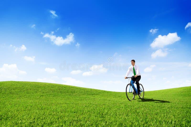 Homem de negócios verde Cycling Bicycle Outdoors do conceito imagem de stock