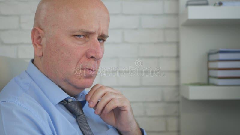 Homem de negócios virado e nervoso Portrait Having um olhar muito mau e preocupado imagem de stock royalty free
