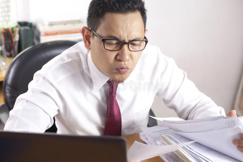 Homem de negócios Working Hard no escritório imagens de stock