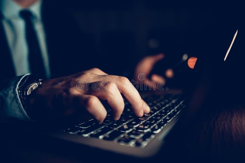 Homem de negócios Working Laptop Office do close up na noite fotografia de stock