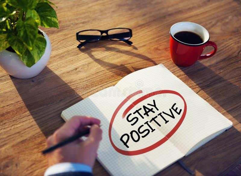 Homem de negócios Writing que as palavras ficam positivas imagem de stock