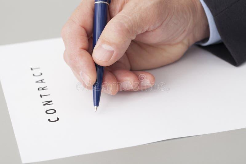 Homem de negócios Writing um contrato fotos de stock royalty free