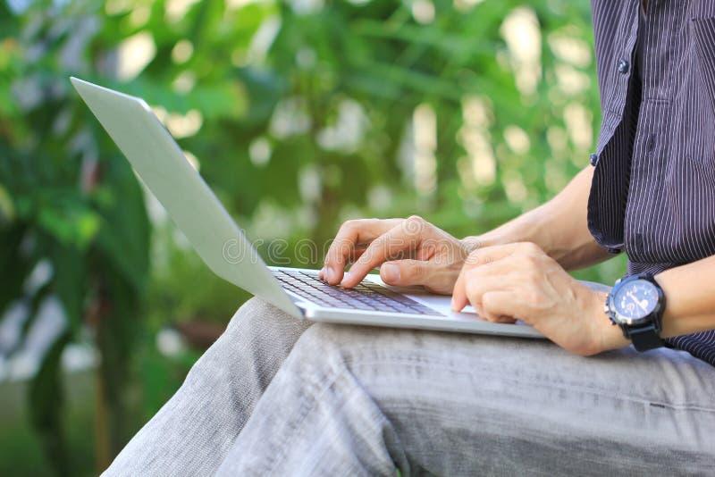 Homem de neg?cio do freelancer que trabalha usando o laptop no escrit?rio domicili?rio, na tecnologia de comunica??o e no conceit foto de stock
