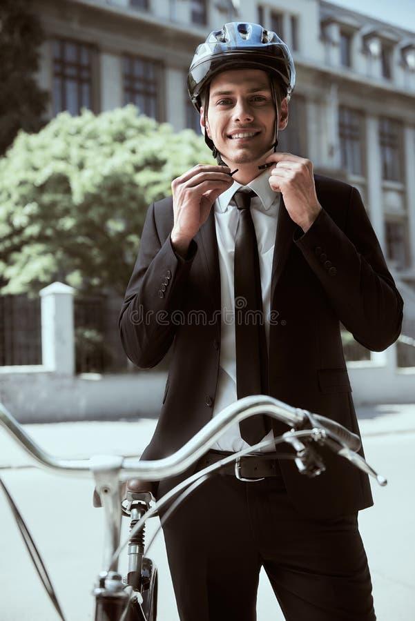 Homem de neg?cios com bicicleta imagens de stock royalty free