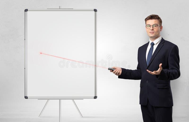 Homem de neg?cios com ponteiro do laser e quadro-negro do branco do copyspace imagens de stock royalty free