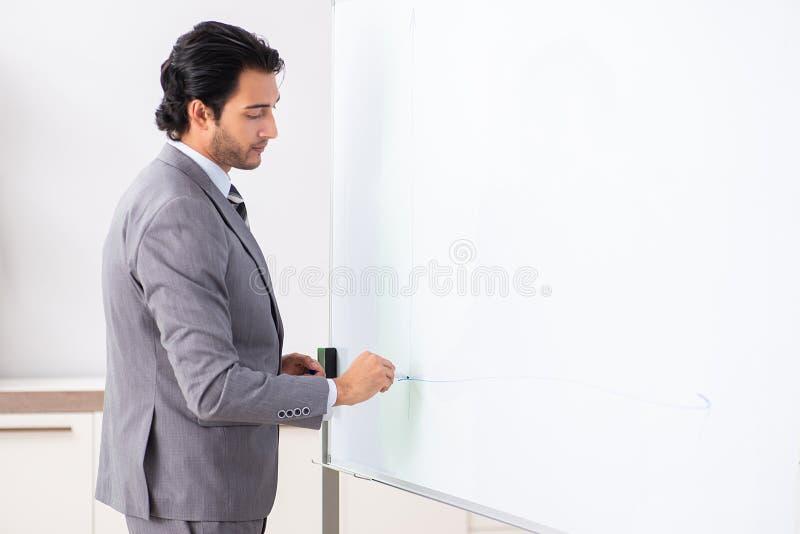 Homem de neg?cios consider?vel novo na frente do whiteboard fotografia de stock royalty free