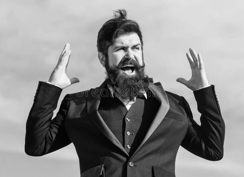 Homem de neg?cios contra o c?u Barba farpada do toque do homem Homem com a barba exterior Moderno caucasiano brutal com bigode foto de stock royalty free
