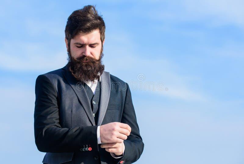 Homem de neg?cios contra o c?u Sucesso futuro Forma formal masculina Homem farpado Moderno maduro com barba Brutal imagem de stock royalty free