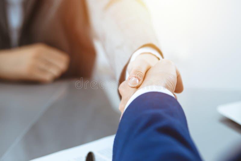 Homem de neg?cios e mulher de neg?cio que agita as m?os entre si acima do contrato assinado Sucesso na negocia??o e no acordo fotografia de stock royalty free