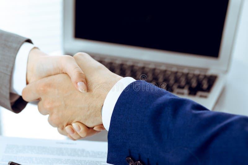 Homem de neg?cios e mulher de neg?cio que agita as m?os entre si acima do contrato assinado Sucesso na negocia??o e no acordo foto de stock