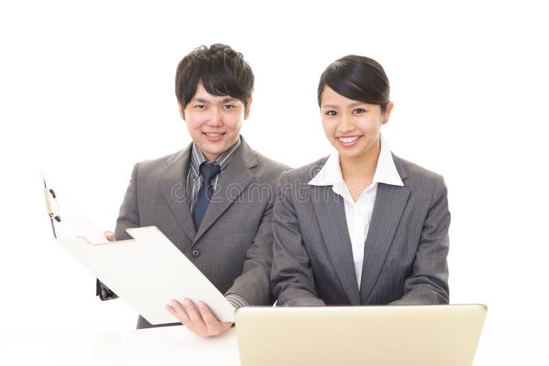 Homem de neg?cios e mulher de neg?cios de sorriso imagens de stock royalty free