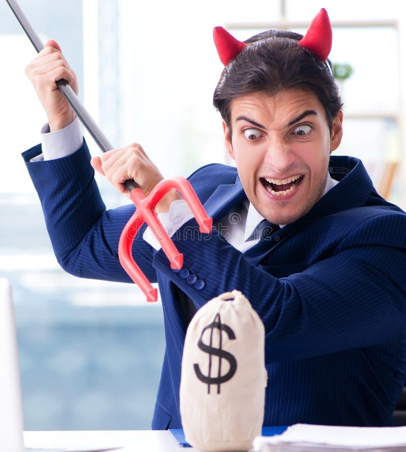 Homem de neg?cios irritado do diabo no escrit?rio imagens de stock royalty free