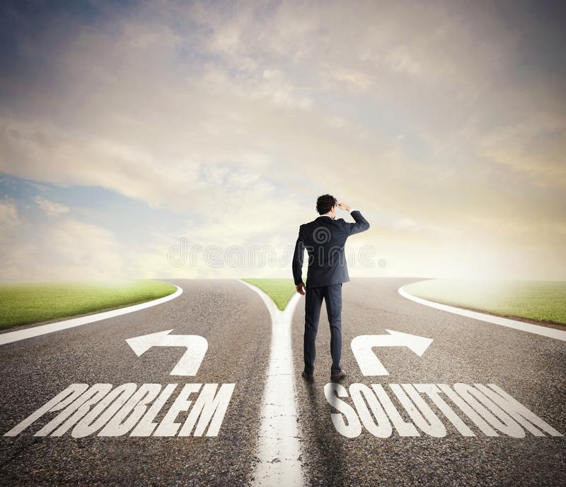 Homem de neg?cios no estradas transversaas Escolhe a maneira correta Conceito da decis?o no neg?cio fotografia de stock