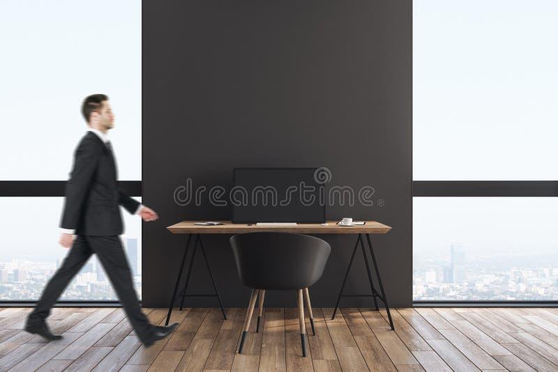 Homem de neg?cios no interior minimalistic do escrit?rio imagens de stock royalty free