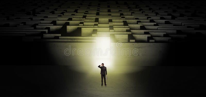 Homem de neg?cios que come?a um desafio escuro do labirinto ilustração do vetor