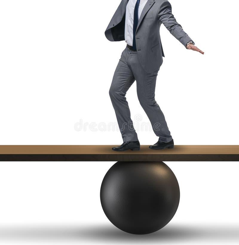 Homem de neg?cios que equilibra na balanc? no conceito da incerteza foto de stock