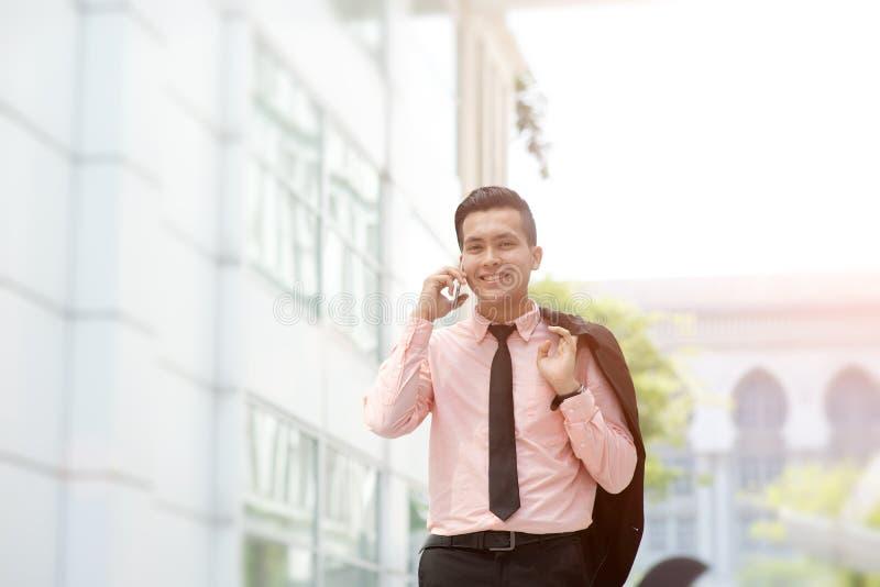 Homem de neg?cios que fala no telefone fotografia de stock royalty free
