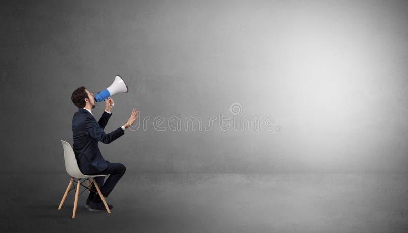 Homem de neg?cios que fica em uma sala vazia com materiais no seu o rega?o fotografia de stock