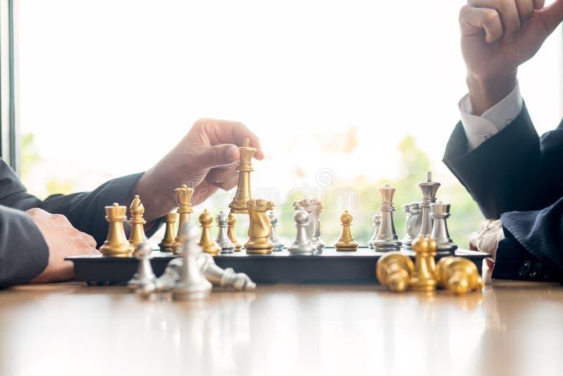 homem de neg?cios que joga figuras do jogo de xadrez na tabela de madeira para o plano novo da estrat?gia da an?lise, o l?der da  foto de stock royalty free