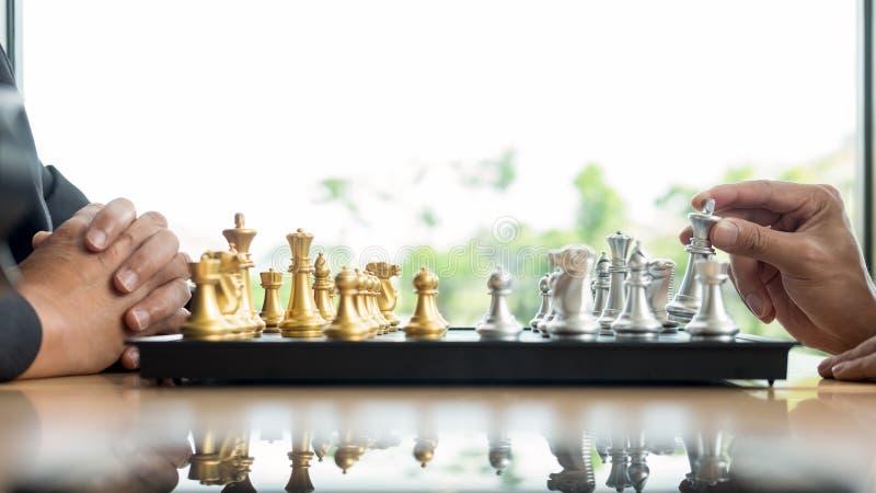 homem de neg?cios que joga figuras do jogo de xadrez na tabela de madeira para o plano novo da estrat?gia da an?lise, o l?der da  imagens de stock royalty free