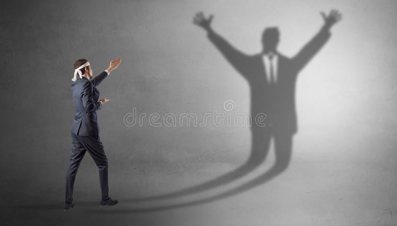 Homem de neg?cios que luta com uma sombra desarmada do homem de neg?cios fotografia de stock
